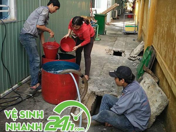 Nạo vét mương cống tại Đà Nẵng
